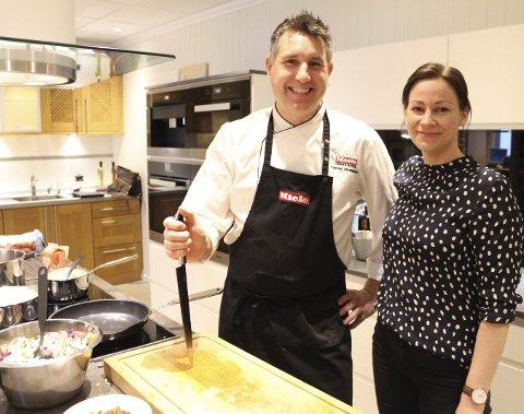 MAt: Tommy Abrahamsen står ved komfyren når Nygårds Trevarefabrikk arrangerer køkkendag torsdag. Kjøkkenkonsulent Oda Nylund ser fram til en travel dag.