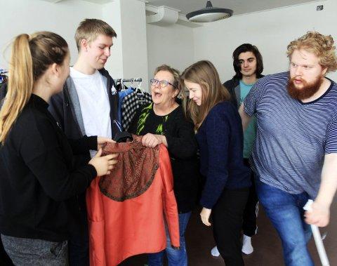 På topp: «Toppen» kan smykke seg med 100 elever og fullt hus inneværende skoleår. Bodil Nystad finner tonen med teaterelevene.Foto: Stine Skipnes