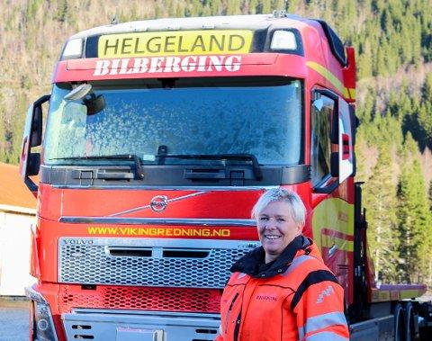 TRAVEL: Tove Lise Trælnes, daglig leder i Helgeland Bilberging. Hun opplyser at sommeren er minst like travel som vinteren, og bilbergerne har hatt mye å gjøre den siste tiden.