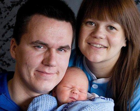 Noah-Elias sammen med sine stolte foreldre Glenn Evertsen og Ine Beate Larsen fra Lakselv.