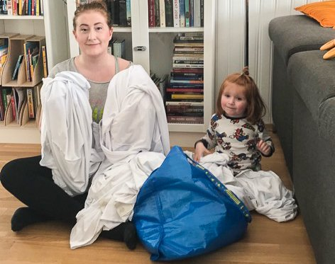 HVEM?: - Hvem har sendt og hvem savner 47 hvite stoltrekk? lurer Amanda Eldnes og Magni (2) på.