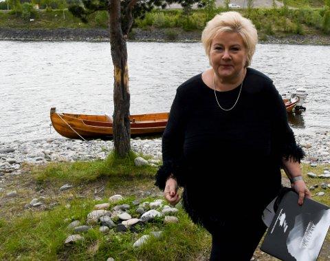 – Det er en forferdelig hendelse og utrolig vondt for Alta-samfunnet og de nærmeste, sier statsminister Erna Solberg (H) om helikopterulykken i Alta. Her fra besøk hos Alta Laksefiskeri Interessentskap ved Altaelva.