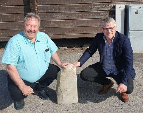 """""""GRUNNSTEIN"""": Jan Martin Rishaug (SP) og Odd Erling Mikalsen (Frp) avbildet i Skaidi med «grunnsteinen» til Hammerfest sykehus."""