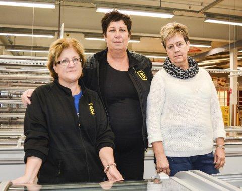 Mistet jobben: Unni Lasserud Granli (i midten) tar et godt tak rundt kollegaene Henny Berger (t.v.) og Anne Hauer på den siste ryddedagen i fjor. De ansatte ryddet og vasket selv ut av hyllene før det var kroken på døra. «Vi vil takke alle kundene som har grått med oss», sa damene den gang. Foto: Anne Enger Mjåland