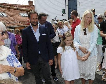 TIL KRAGERØ: Onsdag i neste uke kommer Kronprins Haakon og Kronprinsesse Mette-Marit til Kragerø i forbindelse med feiringen av byjubileet. Dette er bildet er tatt under  kronprinsparets seneste kragerøbesøk, i 2013 i forbindelse med Dronning Sonjas utstilling i Galleri Nicolines hus.
