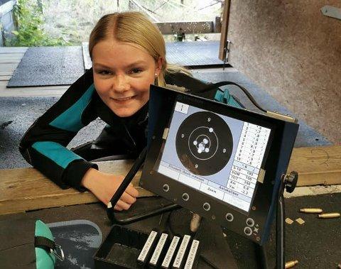 GLAD: Sara Havik Johnsen klarte endelig å prikke inn de magiske 350 poengene. FOTO: FISKUM SKYTTERLAG