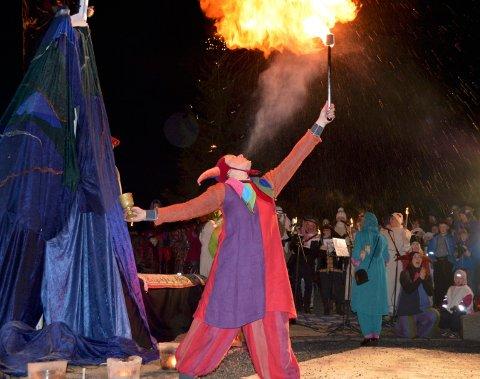 FLAMMESLUKER: Stemningen var magisk under De hellige tre kongers feiring i Hølen i fjor.