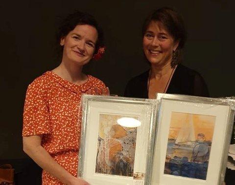 PRISVINNER: Helen Brandstorp (til høyre) vant legevaktprisen 2019 for sitt engasjement, utdelt av leder av Norsk Legevaktforum, Silje Todnem (til venstre).