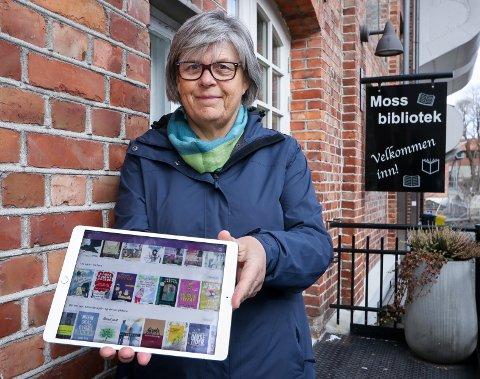 VÆR SÅ GOD: Bibliotekar Randi Egge Svendsen, foran et stengt Moss bibliotek, anbefaler appen Bookbites som gir bibliotekets lånere tilgang til flere hundre boktitler.