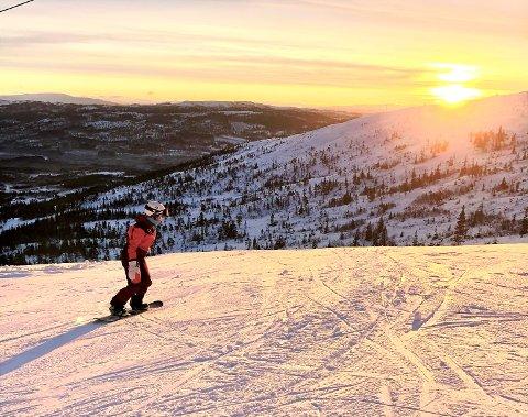 DRØMMEFORHOLD: Tilde Bordi Grannes var tidlig ute i bakken på brettet sitt da Grong skisenter åpnet for kjøring lørdag.
