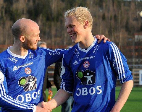 MATCHVINNER: John Olav Norheim scoret kampens siste mål og sendte med det KFUM videre. Her gratuleres han av Erik Lundanes Jonvik etter kampen.