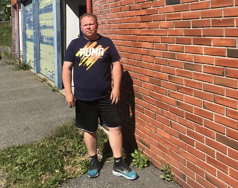 NY EIER: Frode Bratlistuen (42) har tatt over bygget i sentrum av Snertingdal, hvor han holder på med utleie av bobiler.