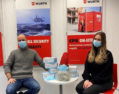 GRATIS: Jordi Somers og Heidi Aasen er klare til å dele ut munnbind.