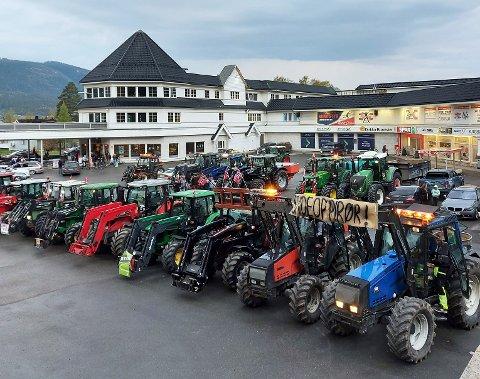 MARKERTE SEG: Etter å ha toget gjenneom Dokka sentrum parkerte 40 traktorer på Bergfossenteret.
