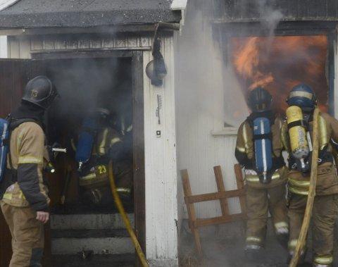 TRENER: I dag skal brannvesenet i Larvik øve på brann på øy. (Bildet er fra en tidligere brannøvelse)