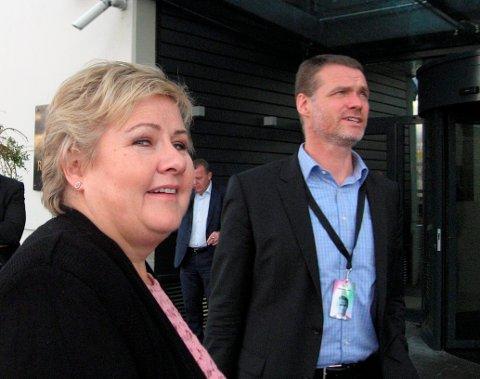 PÅ JOBB: På tv-bildene legger folk mest merke til statsminister Erna Solberg. Men i kulissene bak ministrene har Odd Magne Ruud fra Stor-Elvdal i årevis stått på for at alt skal gå knirkefritt. Nå blir han ambassadør i Brasil.