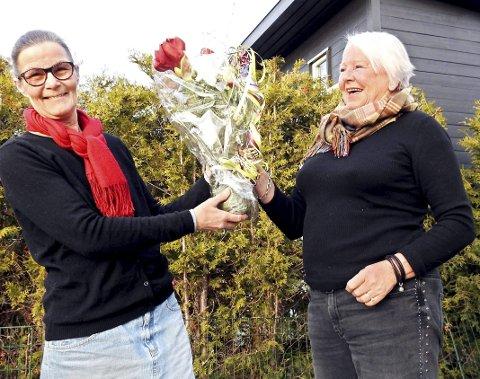 Populær: Siri Foyn ble kåret til Årets tjømling på en facebookside med mange lokale følgere. Bente Marthiniussen overrakte blomster. Foto: Roar Heggelund