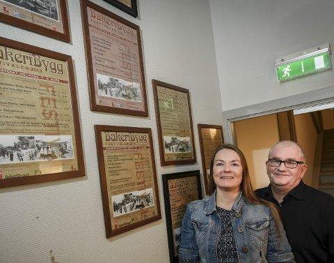 Bakeribyggfetivalen har hentet mange, dyktige artister i årenes løp. Siv Bårdsen og Dag-Arild Berg i trappeoppgangen i Bakeribygget, der plakatene fra tidligere plakater har fått sin plass.