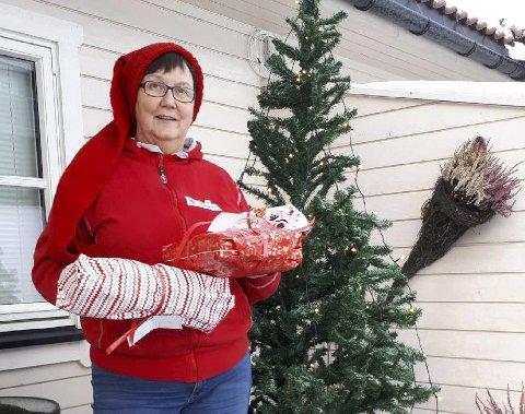 Samler inn: May Ljungquist i Ringsaker Røde Kors er med på å samle inn gaver til familier i Ringsaker. Hun håper det kommer inn mange bidrag fram mot siste frist, som er 20. desember. Gavene kan legges under juletreet hos Baker Kristiansen. Der er det lapper med kjønn og alder på barna som trenger gaver.Foto: Privat