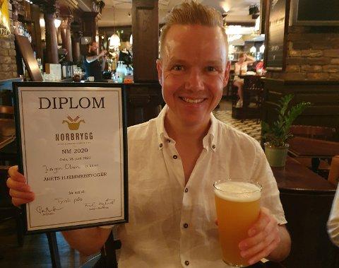 Stor stas: Jørgen Olsen vant den prestisjefulle konkurransen om å bli årets hjemmebrygger i Norge. Nå blir hans pils satt i kommersiell produksjon på et tradisjonelt bryggeri. (Det er ikke en pils men en NEIPA han skåler med på bildet.)