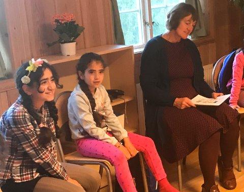 Royan (10) og Zena (9) startet sin første skoledag i Norge med å synge «God morgen, alle sammen» ledet an av lærer Karen Brøndum.
