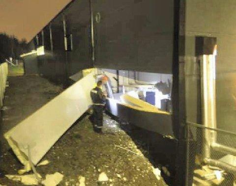 Blåste ut vegger: Metangass fra det nedlagte deponiet forårsaket en eksplosjon ved en bedrift på Kjeller i november. Foto: Politiet
