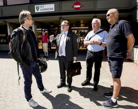 Lystig Passiar: Gruppelederne Jørgen Vik (Ap) og Kjartan Berland (H) slo av en prat med representantene fra idrettsrådene. Foto: Lisbeth Lund Andresen