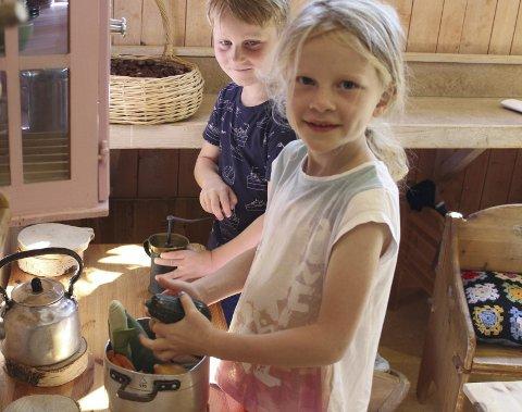 Jenny og Eivind er i gang med å lage mat i kjøkkenkroken. Ernæring er et av fagene på Steinerskolen.