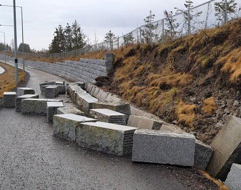 RASTE UT: Her raste store deler av muren ut lørdag.