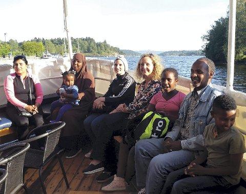 OM BORD PÅ RIGMOR: Asker Røde Kors Flyktningeguide hadde invitert med seg Røyken Røde Kors møtepunkt for flyktninger på høstlig båttur. Det ble en ny opplevelse for deltakerne.