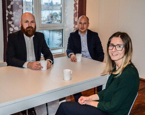 SOSIALT: Det store kjøkkenet, med utsikt til havna og hvalbåten, er møteplassen for matpauser og faglige diskusjoner, f.v. Bjørnar Håland, Anders Stub Søtorp og Siri Bergem.