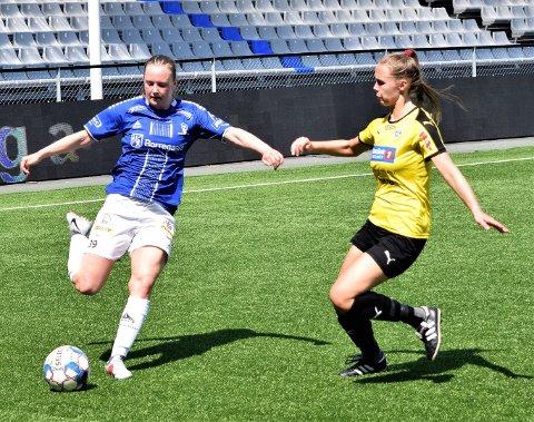 Sarpsborg 08, her ved Henriette Strand (t.v.), dominerte bortekampen mot bunnlaget Drøbak-Frogn i 2. divisjon avdeling 1 i fotball søndag ettermiddag, men de klarte ikke å score mål. Dermed endte det med et skuffende 0-0-resultat. (Foto: Kjetil A. Berg)