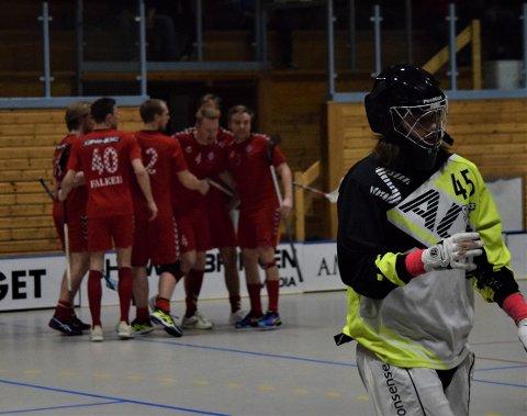 Sarpsborg Sharks-målvakt Andreas Nordli fortviler mens Sveiva-spillerne jubler for scoring i bakgrunnen. Sarpingene viste styrke med en sen sluttspurt og gikk fra 2-6 til 5-6 i 3. periode, men måtte likevel se seg beseiret av den regjerende norgesmesteren i den første kvartfinalekampen i NM-sluttspillet i innebandy tirsdag kveld. Sveiva vant 6-5 i Skjeberghallen. (Foto: Kjetil A. Berg)