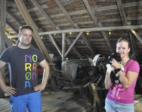 Gårdens første: Lars-Kristian, hans samboer Linda Karlsen og valpen Bolt foran den første traktoren som ble kjøpt på Bratvedt.
