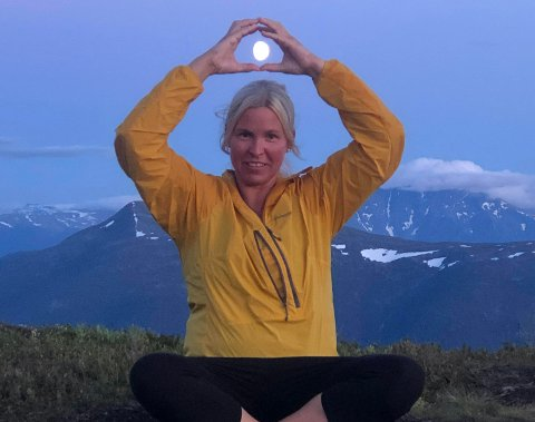 MÅNE: Torunn Hønsi fanga månen på toppen av Molden.