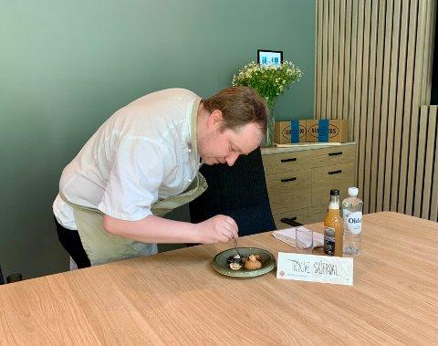 SMAKEN AV SOGN: Kjøkensjef Bjarte Finne på Fretheim hotel legg siste hand på verket før dei kongelege gjestene sette seg til bords.