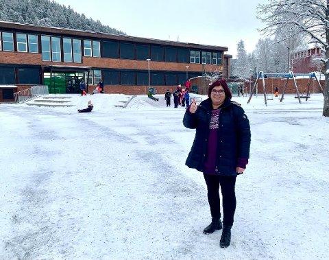 OPPMUNTRING: Helle Carlheim-Gyllensköld og elevene ved Sætre Barneskole ønsker å spre musikkglede på Skogen. - Ta kontakt så stille vi opp, sier musikklæreren.