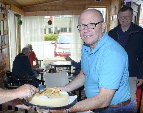PRISET: Terje Nordvik er tildelt eldrearbeiderprisen 2018 for sin innsats for eldre, både med beøsk på sykehjem og tilrettelegging for både eldre og unge i Kaffekroken på butikken i Todalen.