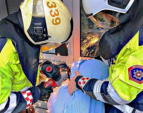 FARLIG NÆR: Med en ildsprutende vinkelkutter gikk brannmannskapene løs på den harde sykkellåsen mannen hadde låst rundt hodet sitt, for deretter å miste nøkkelen.