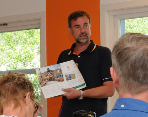 NYTT HEFTE: Dag Arne Henriksen frå Oppland fylke syner fram for regionstyret  ein ny brosjyre frå Distriktssenteret, der Valdres og VNK blir omtala.
