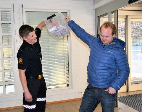 TREKNING: Politimann Joakim Johansen trakk ut vinnerloddet med Kari Ringestads navn på, blant de 665 loddene som NMK VALDRES, her ved Sondre Strand, har solgt.