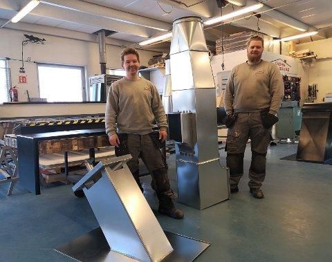 SVENNEBREV I BOKS: Ronni Grønbrekk (t.v.) og Geir Olav Nybråten har all grunn til å smile. 29. januar gikk nemlig svennebrevet i boks for dem begge. På bildet ser vi bare litt av det de fikk i oppgave å lage under svenneprøven.