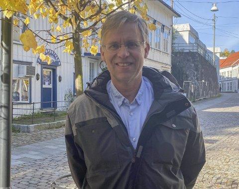 Kommuneoverlege i Risør, Hans Tomter, vurderer at det fortsatt er økt risiko for ny smitte i Risør selv om de siste testene har kommet tilbake negative.