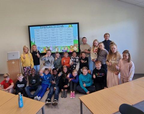 NYTT KLASSEROM: 6.klasse ved Nygård barneskole på Moi jublet stort over et nytt klasserom. Sammen med kontaktlærer Asle Liland fikk de et nytt flott klasserom på torsdag.