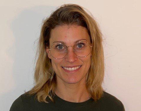 VAKSINERT MED RESTRIKSJONER: Fastlege Ingrid Finnekaasa Room bor i Danmark og forventer en større optimisme enn før når hun 16. april vender tilbake til gjenåpning og koronapass - og forhåpentlig flere vaksiner -  som er lovet i Danmark. Hun synes imidlertid gjenåpningen kunne vært rausere for de vaksinerte.