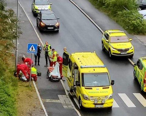 Det var minst tre ambulanser og tre politibiler da en mann falt fra en balkong på Bøler.