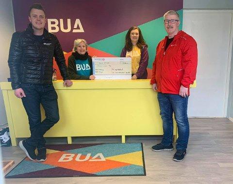 Her får Frivilligsentralen 10.000 kroner frå Fagforbundet Alver. Frå venstre: Pål Inge Fosse Hopland, Nina Randal, Birthe Kråkenes Bjørstad og Thormod Bendiksen.