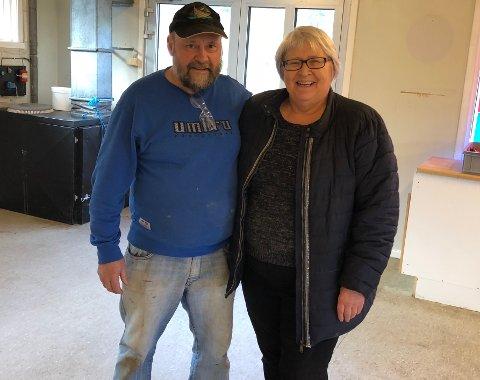 Ved godt mot: Harry Pettersen og Solveig Pettersen legger ned drifta etter 30 år. De har holdt til like utenfor Rognan sentrum, men nå har de solgt og levert sine siste varer.