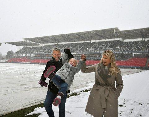 Kåre Ingebrigtsen under lykkeligere omstendigheter sammen med datteren Leah og kona Hege.