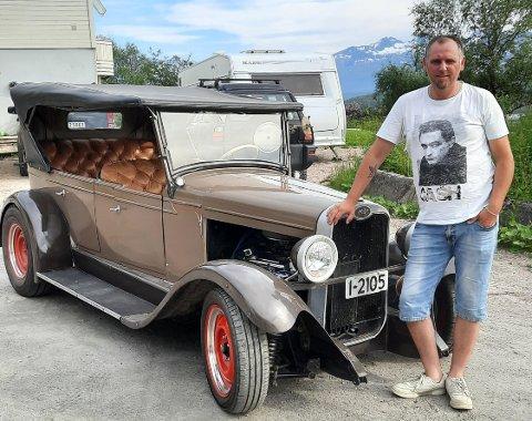 Jan-Kenneth (39) med bilen fra 1928. Nå jakter 93-åringen ny eier, mens 39-åringen jakter nye biler.
